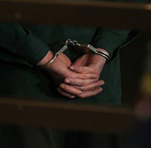 Подсудимый в наручниках