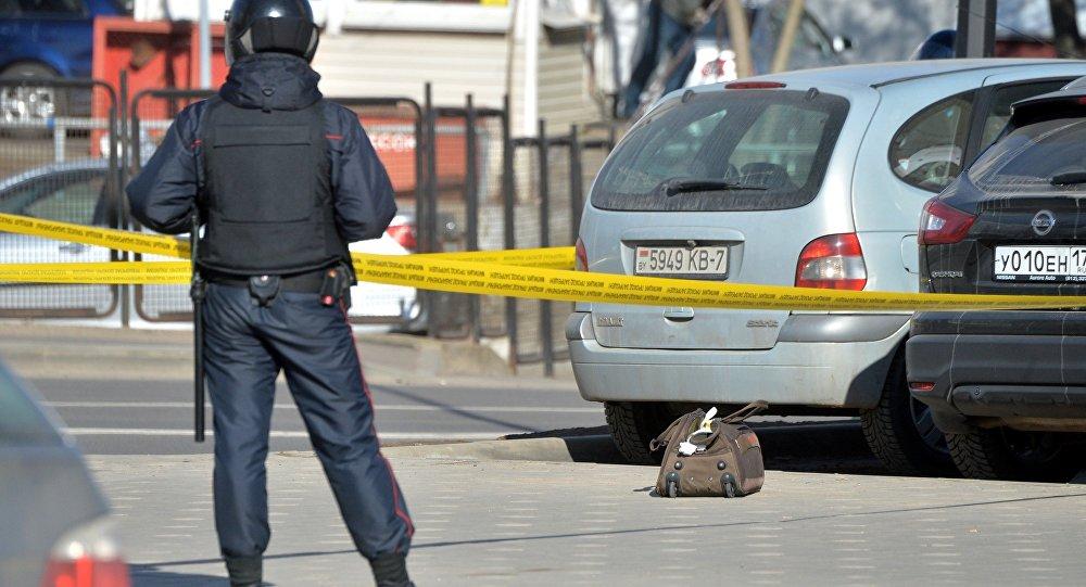 Супрацоўнік міліцыі каля бесгаспадарнай торбы