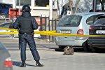 Сотрудник милиции возле безхозной сумки