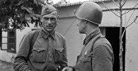 Константин Симонов (справа) беседует с политруком 25-й стрелковой Чапаевской дивизии.
