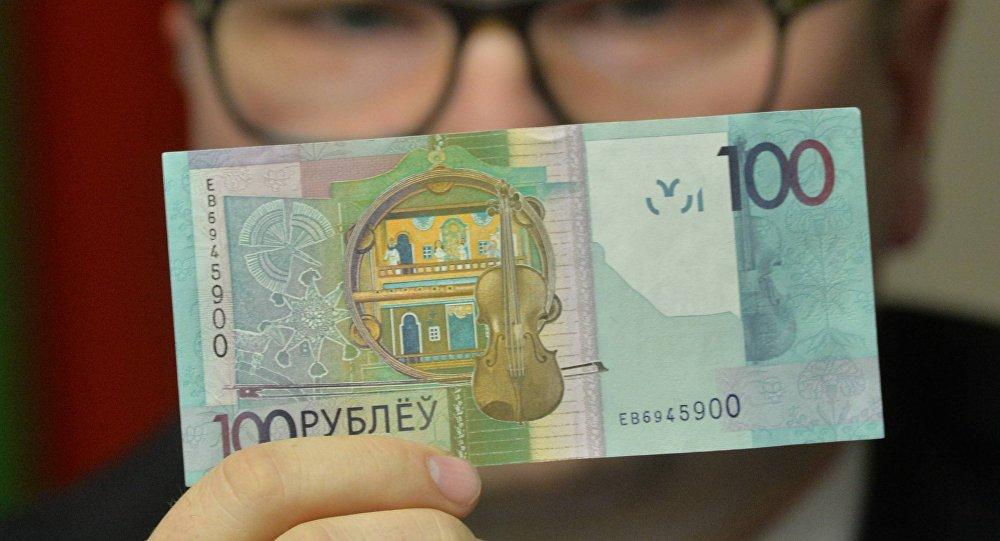 Дзмітрый Лапко паказвае новыя грошы
