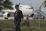 Полицейские стоят на страже в аэропорту Ларнаки возле угнанного Egyptair Airbus A320