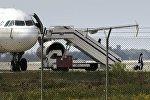 Один из членов экипажа освобожден от угнанного EgyptairA320 Airbus в аэропорту Ларнаки