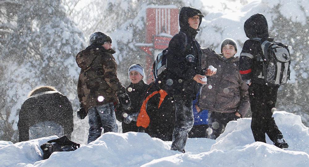 Школьнікі гуляюць у снежкі