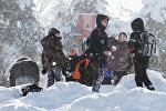 Школьники играют в снежки