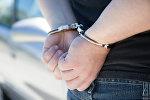 Задержанный в наручниках. Архивное фото