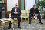 Президент РФ Владимир Путин и его пресс-секретарь Дмитрий Песков