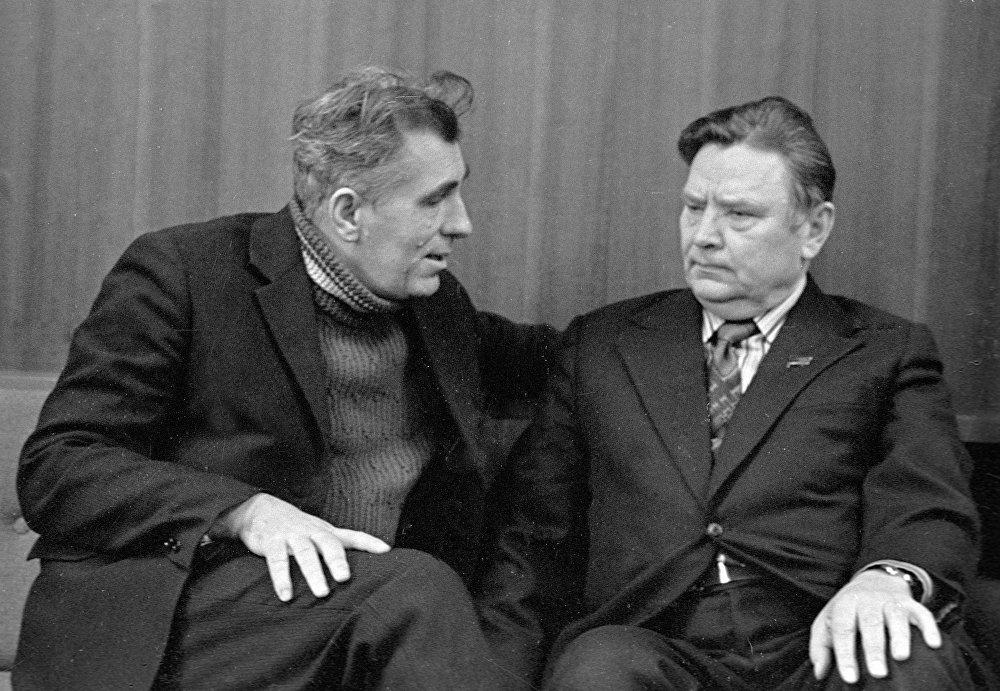 Паэт Ніл Гілевіч гутарыць з Народным паэтам Беларусі Максімам Танкам (справа), 1977 год
