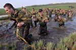 Военнослужащие белорусского спецназа преодолевают полосу препятствий