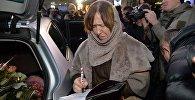 Светлана Алексиевич подписывает книгу