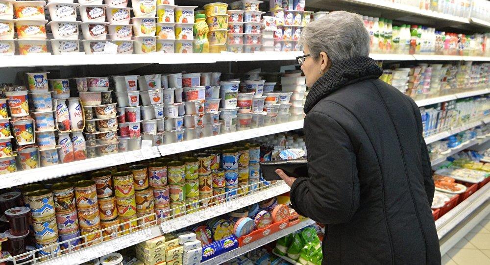 Покупатели рассматривают ценники