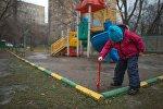 Девочка играет на детской площадке