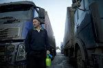 Водитель грузовика на парковке для большегрузных машин