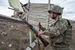 Военнослужащий армии самопровозглашенной Республики Нагорный Карабах на линии соприкосновения с вооружёнными силами Азербайджана в районе города Мартакерт