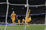Лионель Месси наносит удар по воротам мадридского Атлетико