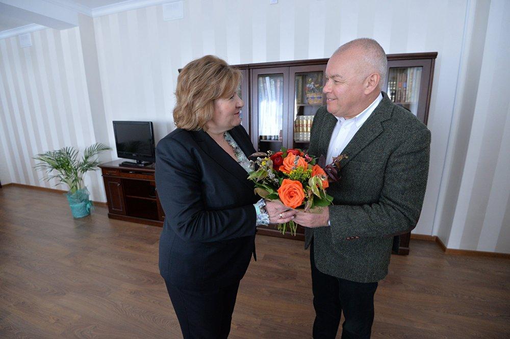 Министр информации Лилия Ананич и генеральный директор медиагруппы МИА Россия сегодня Дмитрий Киселев
