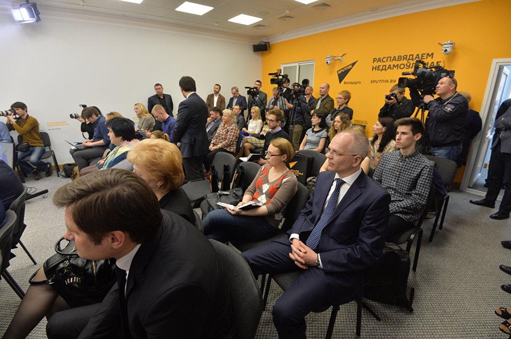 На открытии пресс-центра присутствовали белорусские журналисты, пресс-секретари ведомств