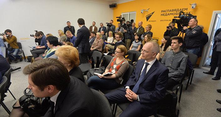 Наа адкрыцці прэс-цэнтра прысутнічалі беларускія журналісты, прэс-сакратары ведамстваў