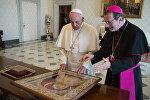 Архиепископ Клаудио Гуджеротти и Папа Франциск с подарком