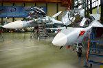 Учебно-боевой самолет Як-130 (справа)