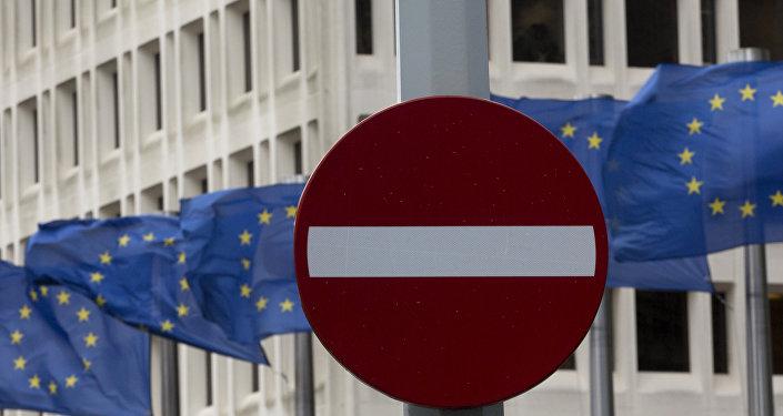 Знак Стоп на фоне европейских флагов