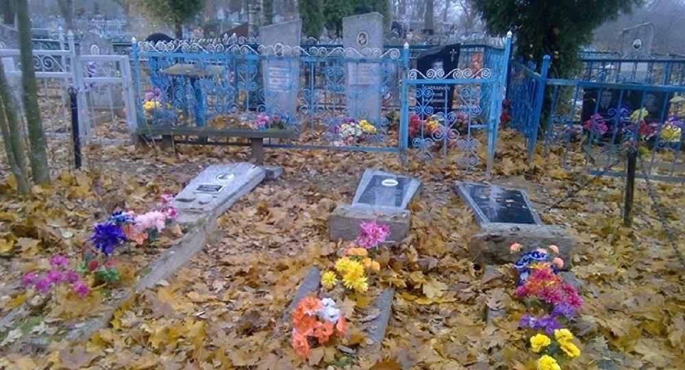 Разбураныя надмагіллі на полацкіх могілках