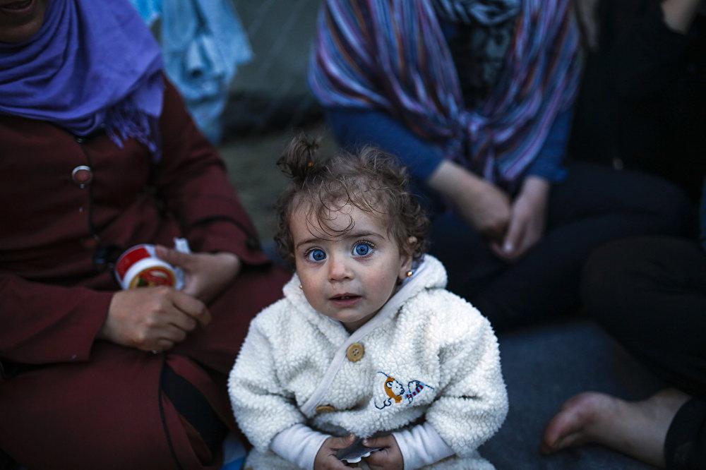 Дзіця ў лагеры для мігрантаў і бежанцаў