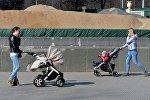 Молодые мамы с детьми на прогулке