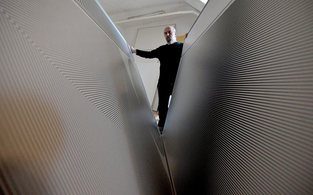 Беларускі мастак дызайнер, мастак і скульптар Уладзімір Цэслер ў сябе ў студыі