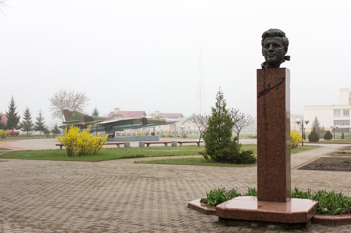 Памятный бюст Петра Ильича Климука и самолет - на таком же летчик тренировался