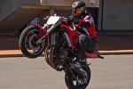 Байкер выполняет трюк на мотоцикле