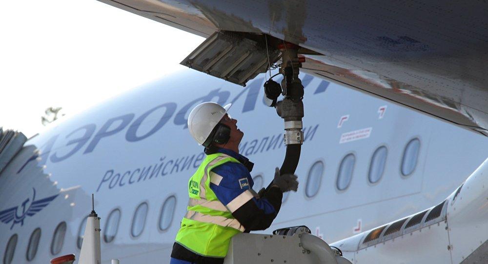 Заправка пассажирского самолета