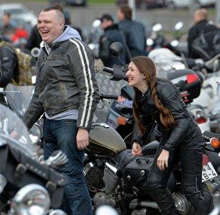 Среди мотолюбителей в Минске можно было встретить и мотоледи, которые тоже приехали открыть сезон.