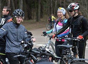 Обязательный атрибут серьезного велосипедиста - хорошая экипировка и велошлем.