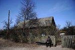 Пенсионер у своего дома в деревне Тульговичи на территории Полесского радиационно-экологического заповедника