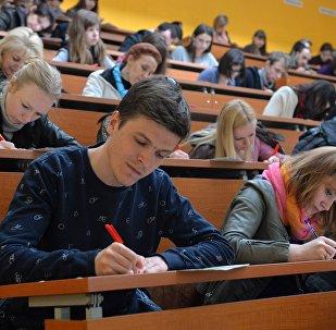 Студенты пишут под диктовку