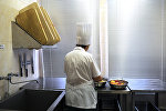 Работа повара на кухне. Архивное фото