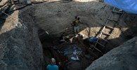 Валанцёры і археолагі падчас раскопак, архіўнае фота