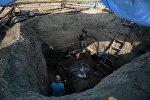Волонтеры и археологи на раскопках, архивное фото