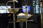 Шпаги мушкетеров времен короля Людовика XIII на выставке в Париже