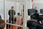 Обвиняемый Тарас Аватаров с журналистами перед началом заседания