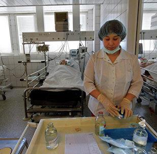 Медсестра готовит процедуры для пациентов реанимационной палаты