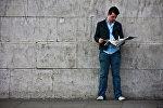 Европеец, читающий газету