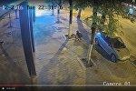 Мужчина крадет плитку в центре Кишинева