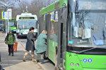 Пассажиры совершают посадку в общественный транспорт