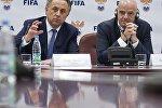 Министр спорта РФ, президент Российского футбольного союза Виталий Мутко (слева) и президент Международной федерации футбола (ФИФА) Джанни Инфантино