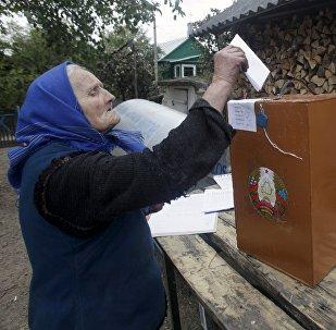 Пожилая женщина голосует во дворе своего дома в селе Даниловичи