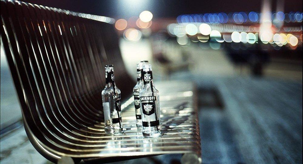 Пустыя шклянкі на гарадской скамейке