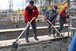 Александр Лукашенко работает на реконструкции стадиона Динамо во время Республиканского субботника