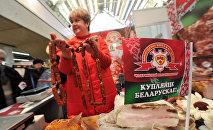 Продажа мясной продукции на выставке-ярмарке в России. Архивное фото